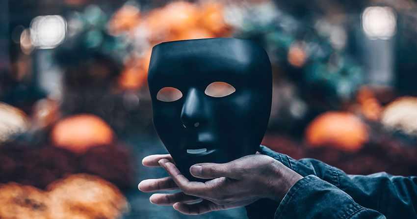 черная маска в руках женщины