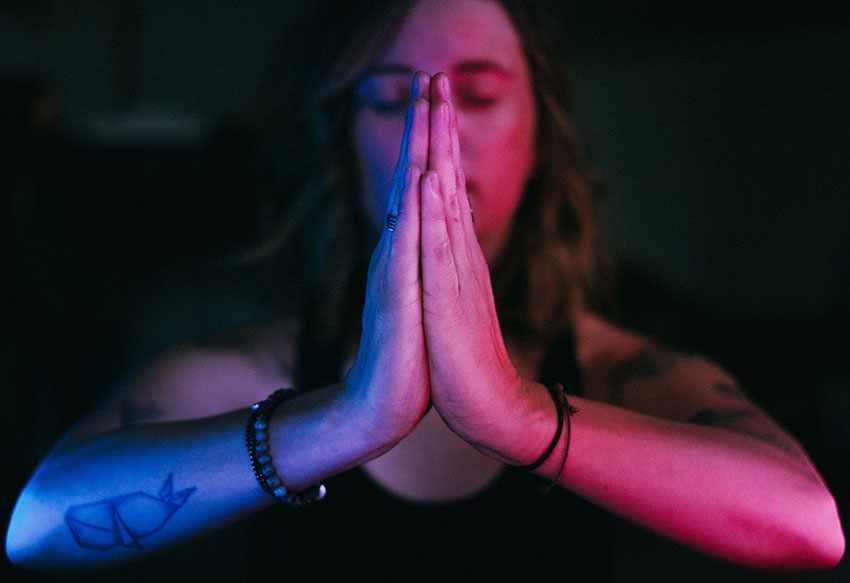 современный парень медитирует