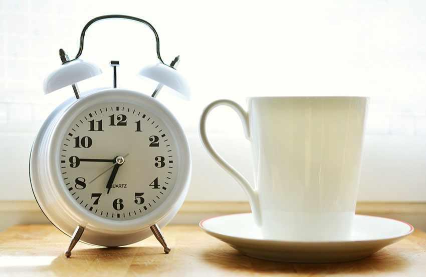 будильник на утро и чашка кофе
