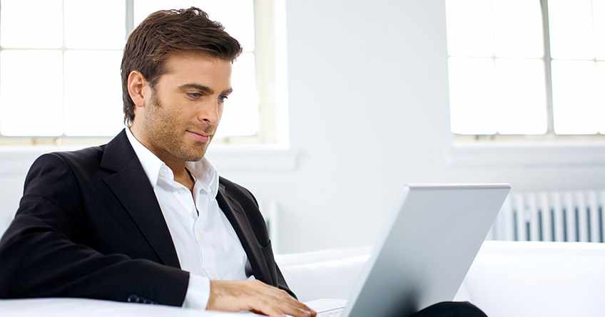 стрессоустойчивый кризис-менеджер с ноутбуком