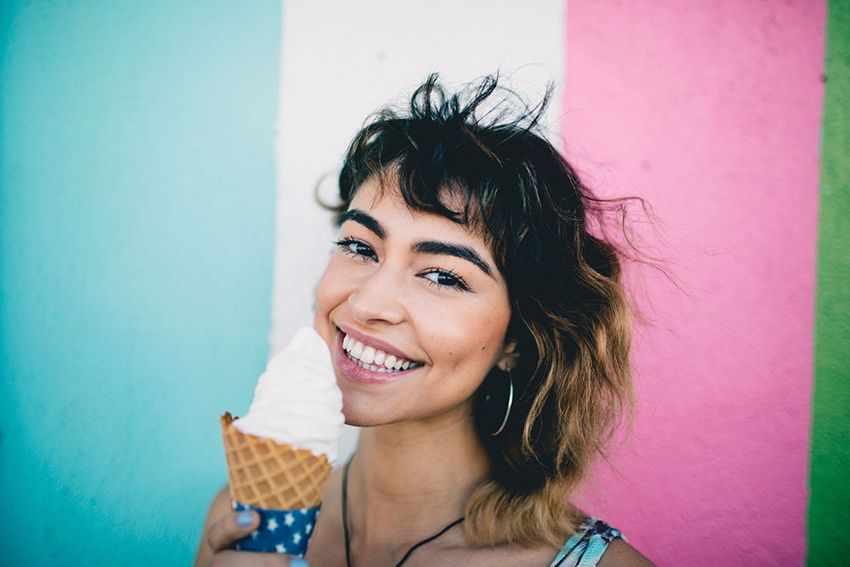 радостная девушка и мороженное