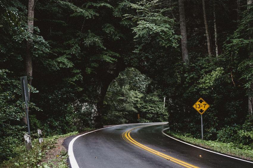 дорога уводит за угол