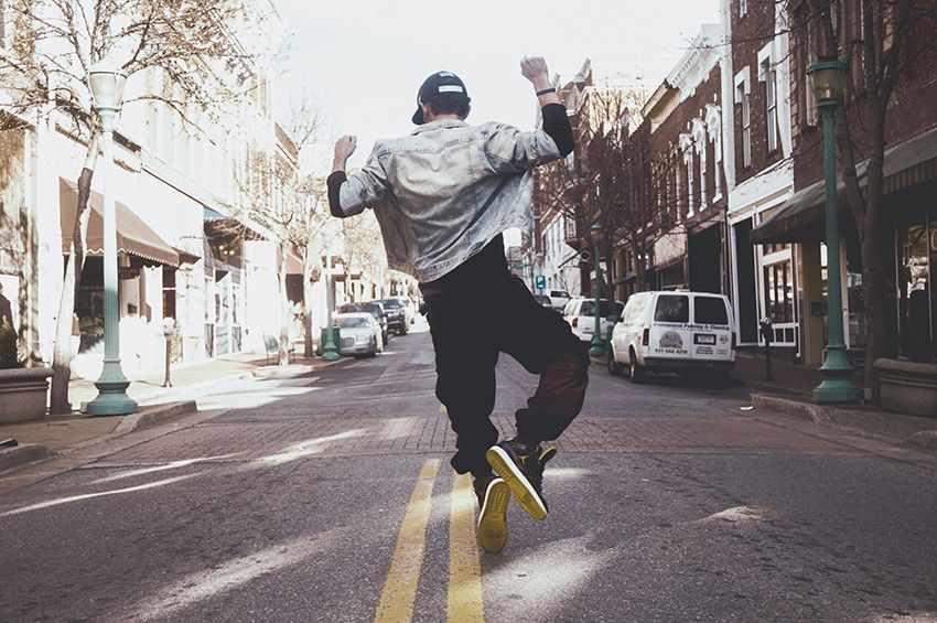 прыгает от радости