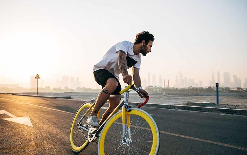 крутой велик с желтыми колесами добавляет энтузиазма к спорту