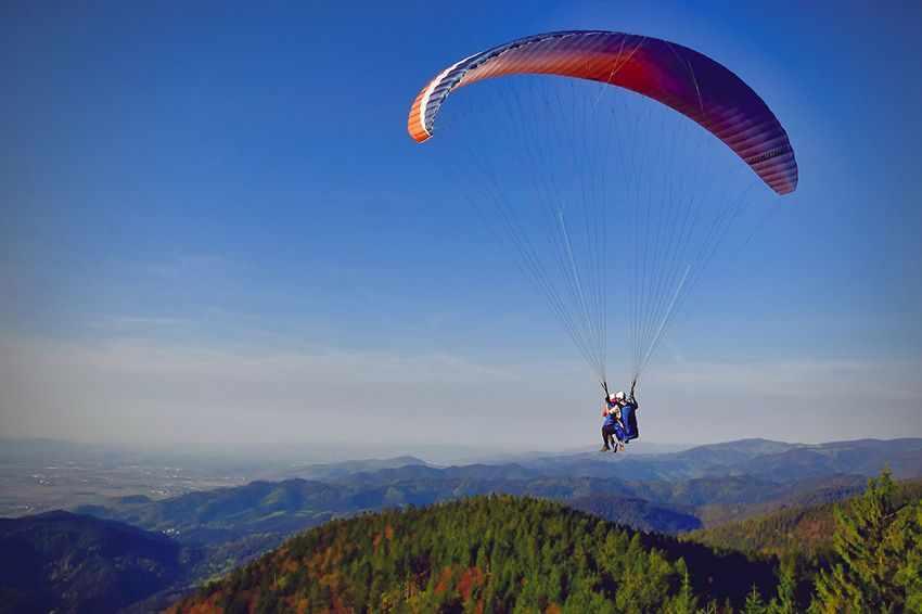 рискуют летая над горами