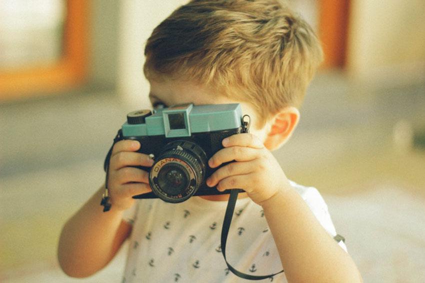 малыш с фотоаппаратом
