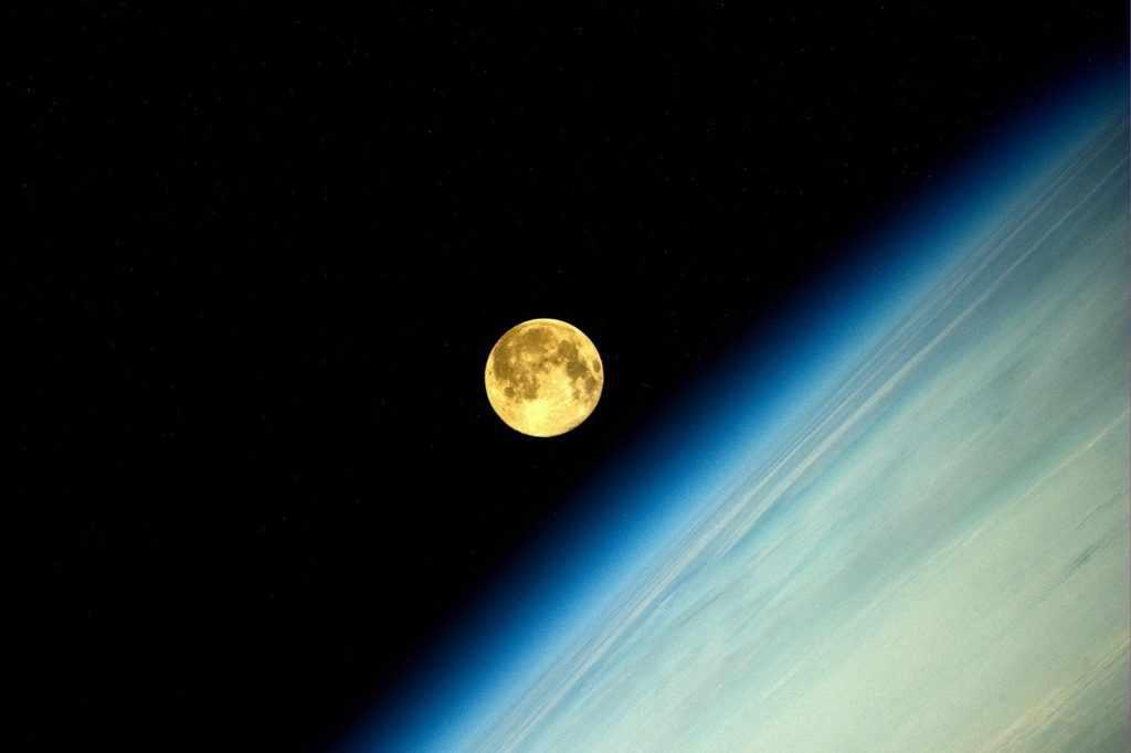 Луна с Земли