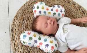 Малыш на подушке валике