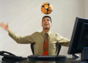Мужчина за компьютером играет в мяч