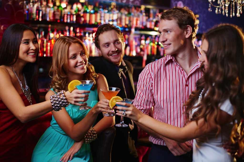 Ребята бухают в баре