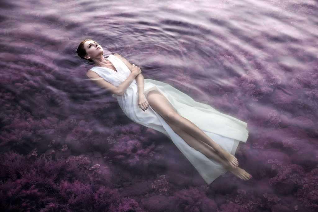 Лежит на воде