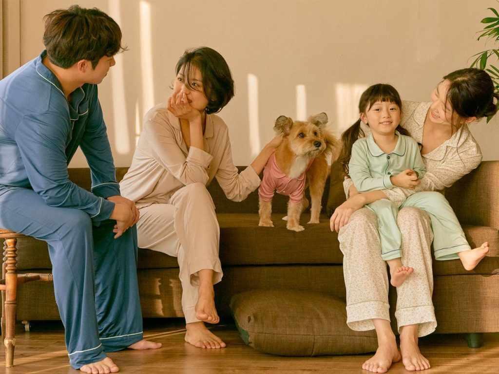 Мужчина, женщины и девочка в пижамах