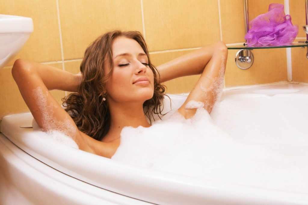 Женщина в ванне с пеной