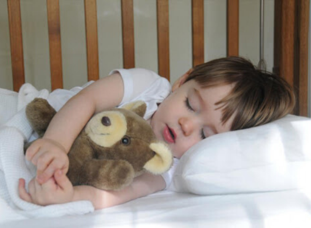 Малыш спящий с игрушкой