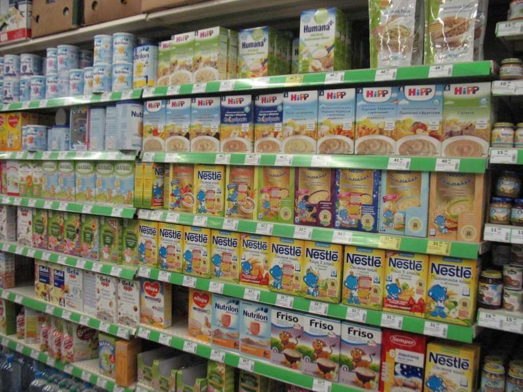 Витрина магазина с детским питанием.