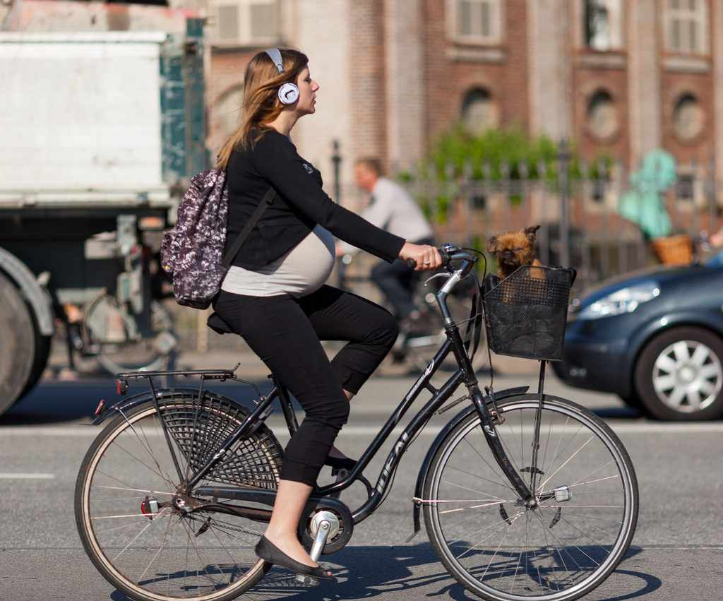 беременная девушка на велосипеде