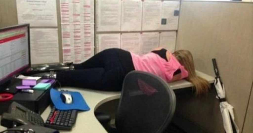 Спит на работе