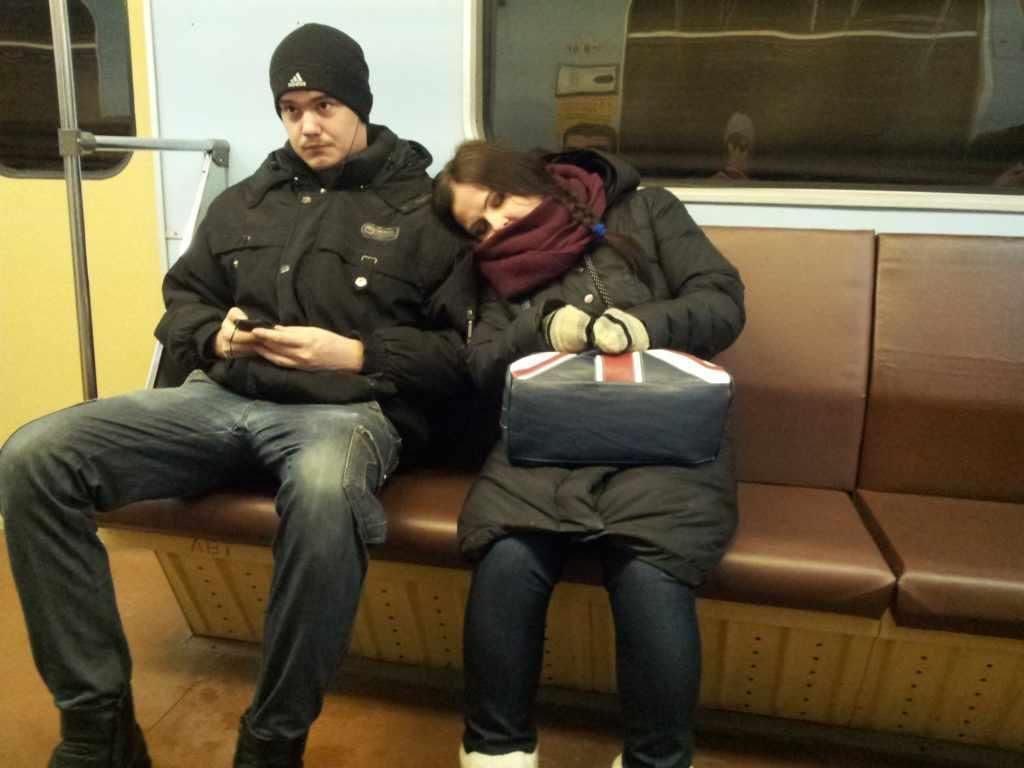 девушка спит в метро