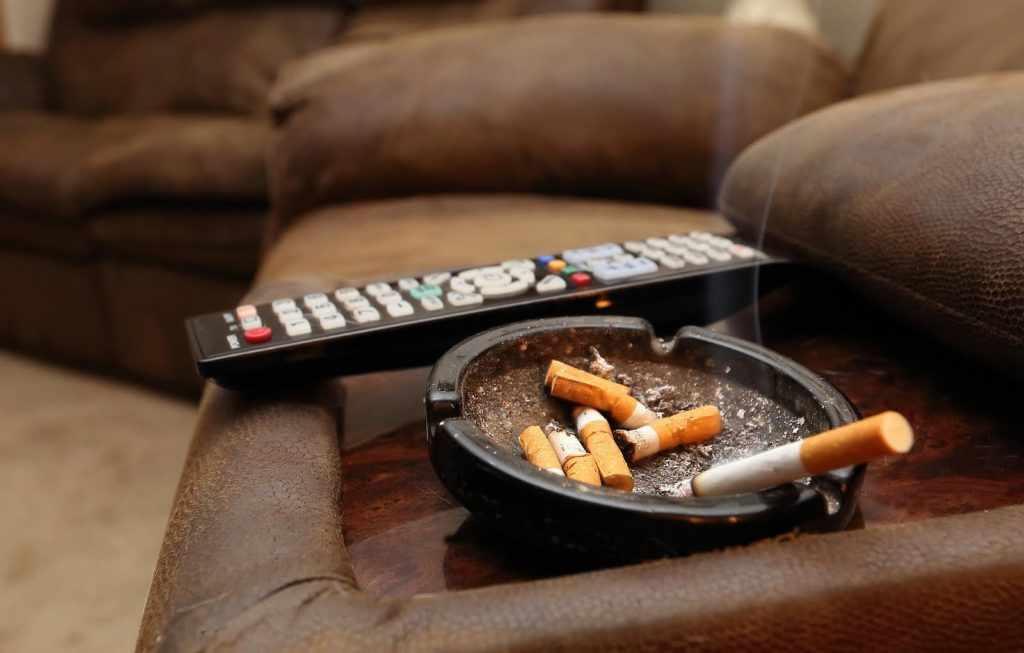 Никогда не курите в помещении!