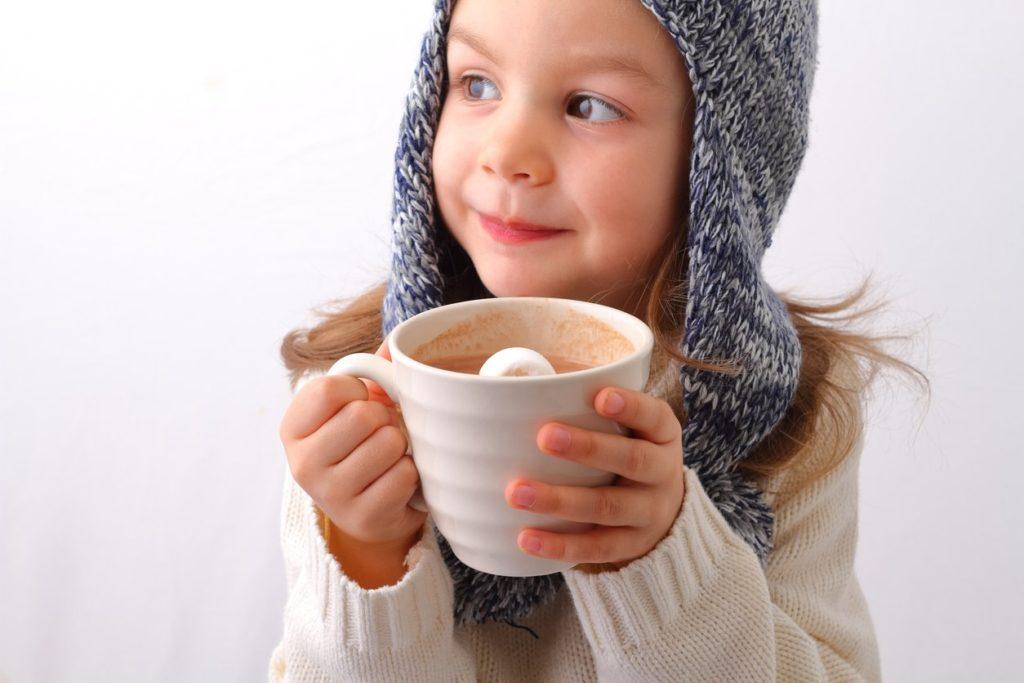 Девочка с чашкой какао