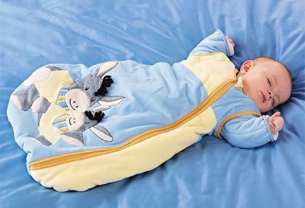 Малыш в спальном мешке